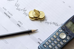 Diagramma di riserva con una matita, un telefono e le monete Fotografie Stock