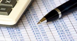 Diagramme, calculatrice et crayon lecteur Images stock