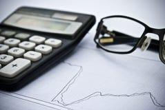 Diagramme, calculatrice, verres en tant que concept financier d'analyse boursière Images stock