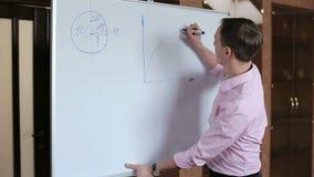Diagramme concentré par jeunes d'affaires de dessin d'homme d'affaires banque de vidéos