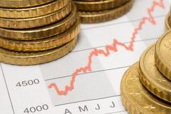 Diagramme courant avec les pièces de monnaie empilées Images stock