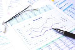Diagramme d'accroissement d'affaires affichant la réussite financière Photographie stock libre de droits