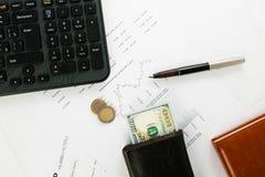 Diagramme d'affaires sur le rapport financier avec des pièces de monnaie Photographie stock libre de droits