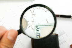 Diagramme d'affaires sur le rapport financier avec des pièces de monnaie Photo stock