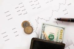 Diagramme d'affaires sur le rapport financier avec des pièces de monnaie Photo libre de droits