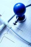 Diagramme d'ECG, électrode et le câble sur le bureau Photo libre de droits