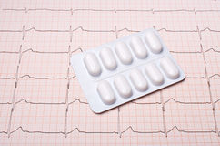 Diagramme d'EKG avec des pilules Photographie stock