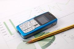 diagramme de cellules d'affaires au-dessus de téléphone photographie stock