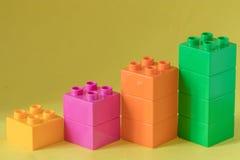 Diagramme de Lego sur le fond jaune Image stock