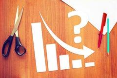 Diagramme des affaires diminuant avec une flèche tombant vers le bas Photographie stock libre de droits