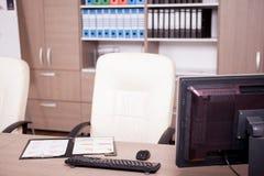 Diagramme des Geschäfts auf Tabelle auf Büro Lizenzfreie Stockfotos