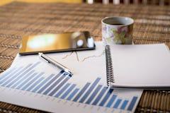 Diagramme des Wachstums auf hölzernem Hintergrund, Stockfotos