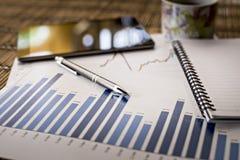Diagramme des Wachstums auf hölzernem Hintergrund Lizenzfreies Stockfoto