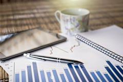 Diagramme des Wachstums auf hölzernem Hintergrund Lizenzfreie Stockfotos