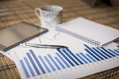 Diagramme des Wachstums auf hölzernem Hintergrund Stockfotografie