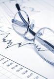 Diagramme et lunettes courants photographie stock libre de droits