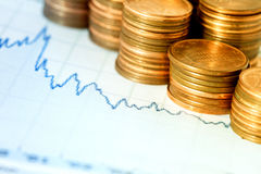 Diagramme et pièces de monnaie financiers Photographie stock