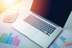 Diagramme, Diagramme, Geschäftstabelle Der Arbeitsplatz der Geschäftsleute lizenzfreie stockbilder