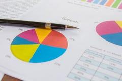 Diagramme, Stift, Geschäft auf Tabelle. stockfotografie
