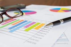 Diagramme, Stift, Geschäft auf Tabelle. lizenzfreie stockfotografie