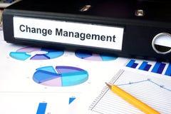 Diagramme und Dateiordner mit Aufkleber ändern Management Stockfoto