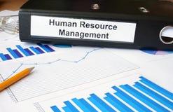 Diagramme und Dateiordner mit Aufkleber Personalmanagement Lizenzfreies Stockbild