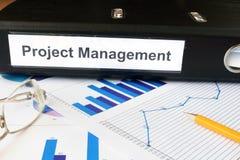Diagramme und Dateiordner mit Aufkleber Projektleiter Lizenzfreies Stockbild