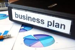 Diagramme und Dateiordner mit Aufkleber Unternehmensplan Stockbild