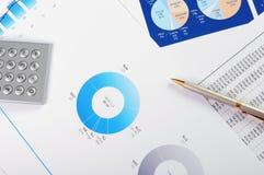Diagramme und Diagramme von Verkäufen Stockbild