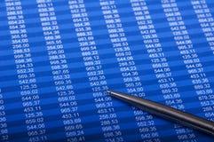 Diagramme und Feder oer Weißhintergrund Lizenzfreie Stockfotos
