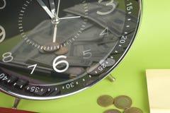 Diagramme und Feder oer Weißhintergrund Zeit ist Geld und Reichtum Stockfotografie