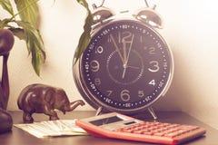Diagramme und Feder oer Weißhintergrund Zeit ist Geld und Reichtum Konzept der Zeit und des Geldes Stockfotos