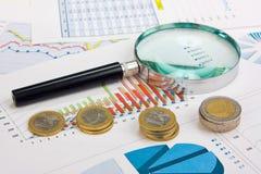 Diagramme und Münzen Stockfoto