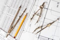 Diagramme und Ziehwerkzeuge auf dem Tisch Stockbilder