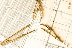 Diagramme und Ziehwerkzeuge auf dem Tisch Lizenzfreie Stockfotos