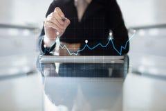 Diagrammen en grafieken op het virtuele scherm Bedrijfsstrategie, de technologie van de gegevensanalyse en financieel de groeicon stock afbeelding