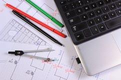 Diagrammes électriques, accessoires pour dessiner et ordinateur portable Photographie stock libre de droits