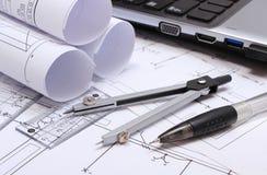 Diagrammes électriques, accessoires pour dessiner et ordinateur portable Photos stock
