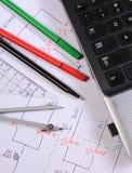 Diagrammes électriques, accessoires pour dessiner et ordinateur portable Photos libres de droits