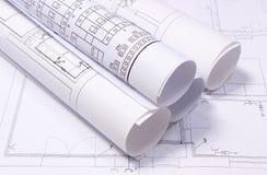 Diagrammes électriques roulés sur le dessin de construction de la maison Photo libre de droits