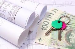 Diagrammes électriques roulés sur le tirage de construction de la maison et de l'argent avec des clés Photo stock