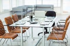 diagrammes, calculatrices, carnet et stylos financiers présentés sur le bureau avant de commencer des négociations d'affaires Images libres de droits