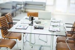 diagrammes, calculatrices, carnet et stylos financiers présentés sur le bureau avant de commencer des négociations d'affaires Photos libres de droits