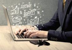 Diagrammes de dessin d'homme d'affaires avec l'ordinateur portable Photos libres de droits