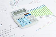 Diagrammes de données avec la calculatrice sur la série de table Images stock
