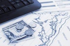 Diagrammes de Finacial avec le clavier d'argent et d'ordinateur Photos libres de droits