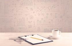 Diagrammes de graphique et bureau de concepteur Photographie stock libre de droits