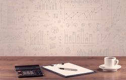 Diagrammes de graphique et bureau de concepteur Image stock
