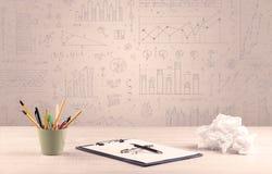 Diagrammes de graphique et bureau de concepteur Photographie stock