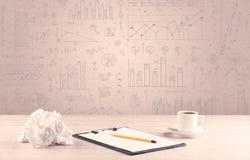 Diagrammes de graphique et bureau de concepteur Photo stock